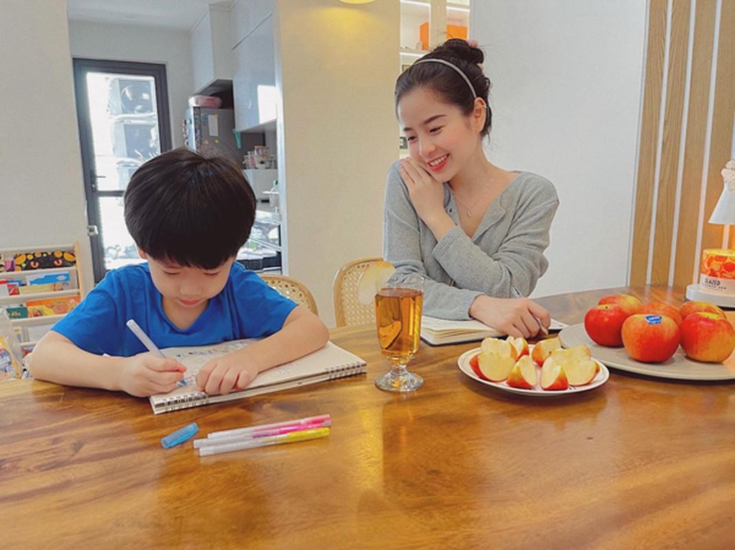 """Hot mom Nam Thuong mac gi duoc bao Trung khen """"me bau dep nhat""""?-Hinh-12"""