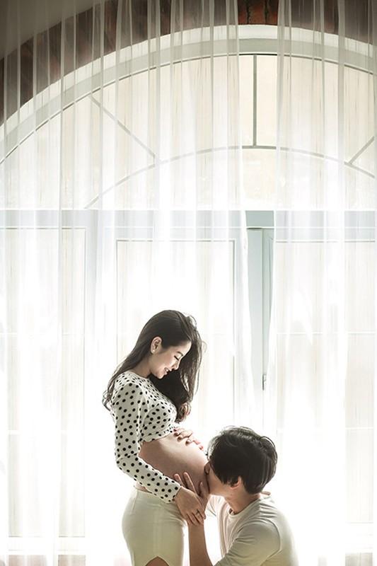 """Hot mom Nam Thuong mac gi duoc bao Trung khen """"me bau dep nhat""""?-Hinh-2"""