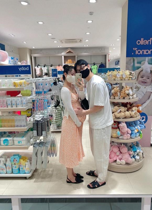 """Hot mom Nam Thuong mac gi duoc bao Trung khen """"me bau dep nhat""""?-Hinh-6"""