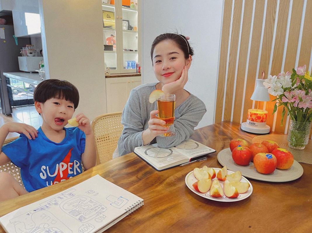 """Hot mom Nam Thuong mac gi duoc bao Trung khen """"me bau dep nhat""""?-Hinh-7"""