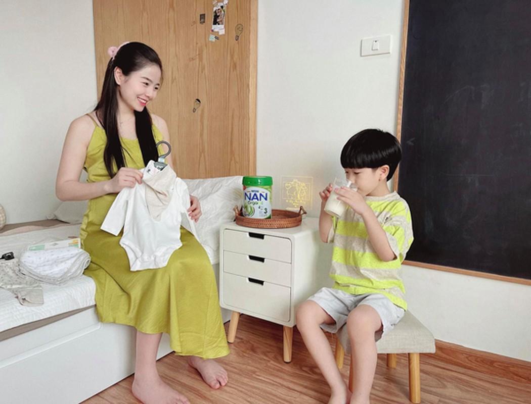 """Hot mom Nam Thuong mac gi duoc bao Trung khen """"me bau dep nhat""""?-Hinh-8"""