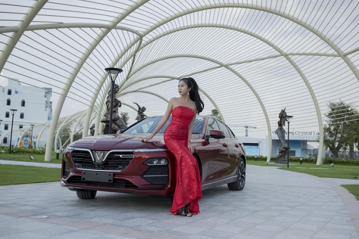 Nguoi dep 9X do dang ben xe sedan VinFast Lux A2.0-Hinh-4