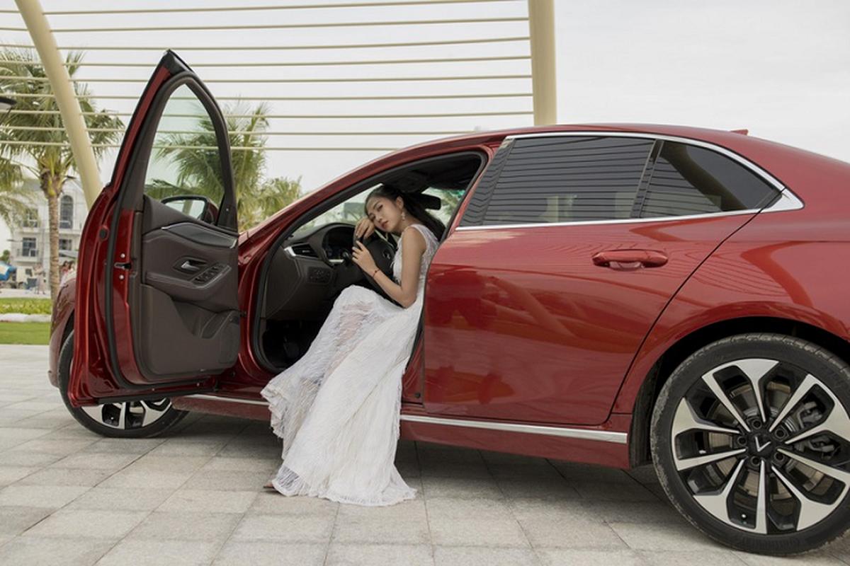 Nguoi dep 9X do dang ben xe sedan VinFast Lux A2.0-Hinh-6