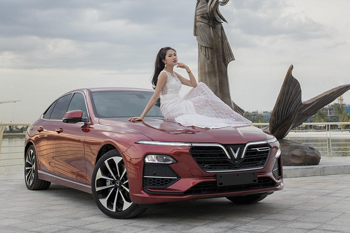 Nguoi dep 9X do dang ben xe sedan VinFast Lux A2.0-Hinh-8