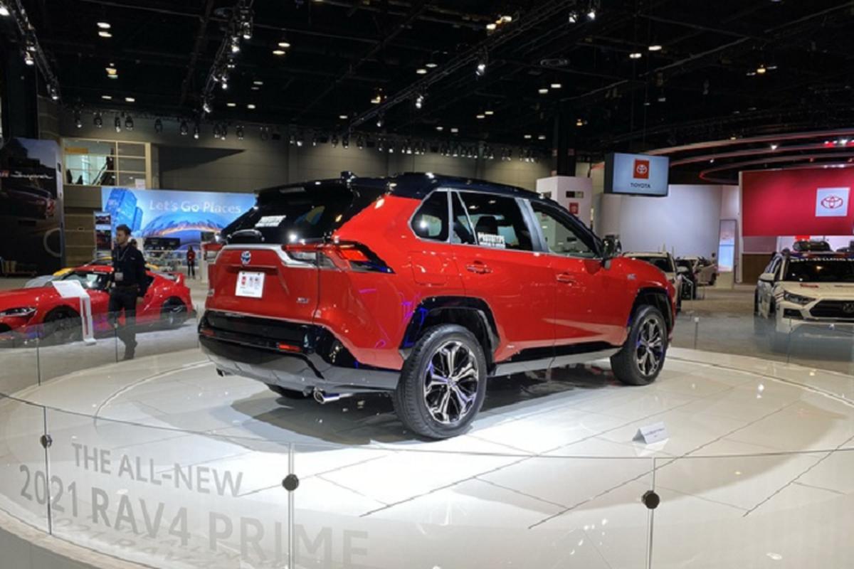 Ra mat Toyota RAV4 Prime PHEV 2021, cam khach cham vao xe-Hinh-3