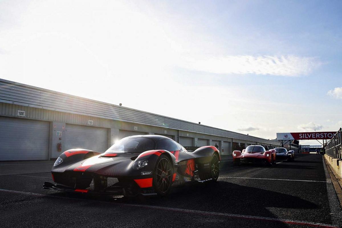 Hai tay dua F1 cam lai Aston Martin Valkyrie tren duong dua-Hinh-5