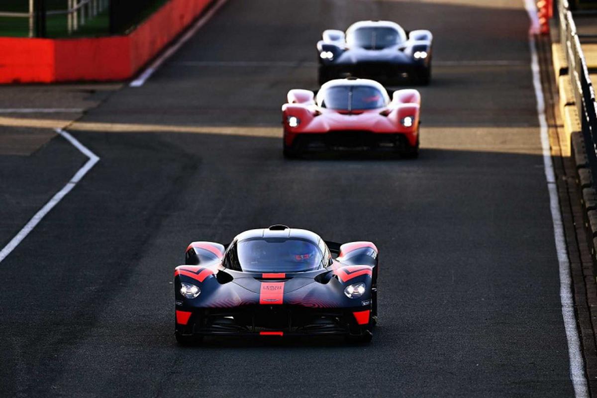 Hai tay dua F1 cam lai Aston Martin Valkyrie tren duong dua-Hinh-6