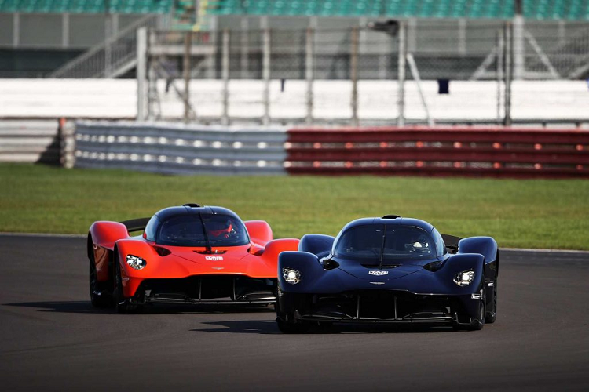 Hai tay dua F1 cam lai Aston Martin Valkyrie tren duong dua