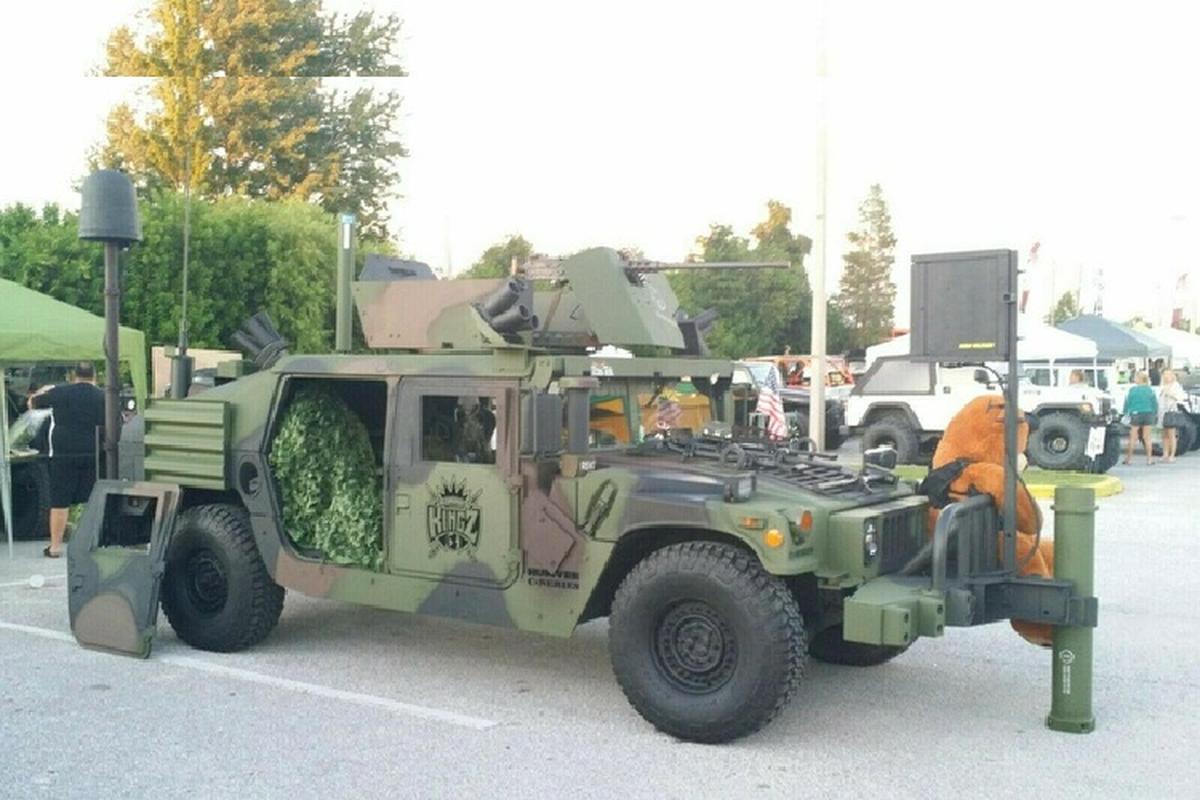 Xe quan su Humvee gan sung may rao ban hon 2 ty dong