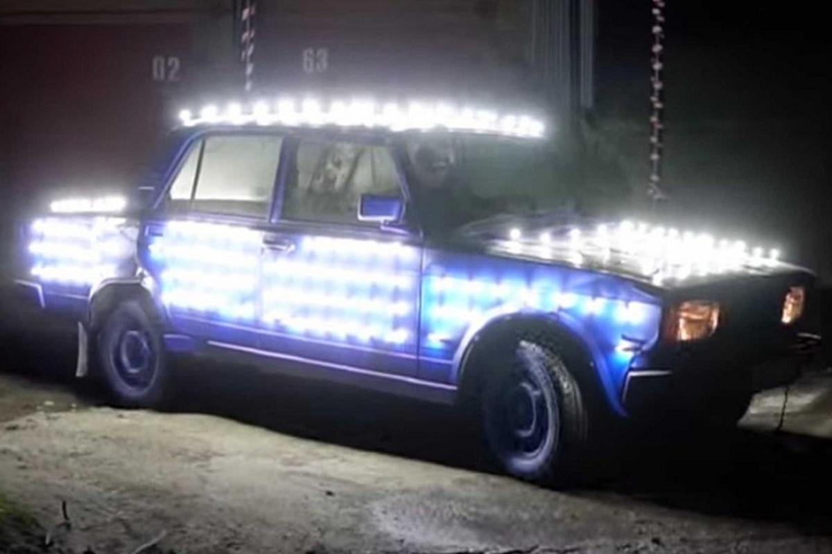 Dan choi Nga lap 300 bong den LED len xe Lada de chay dem