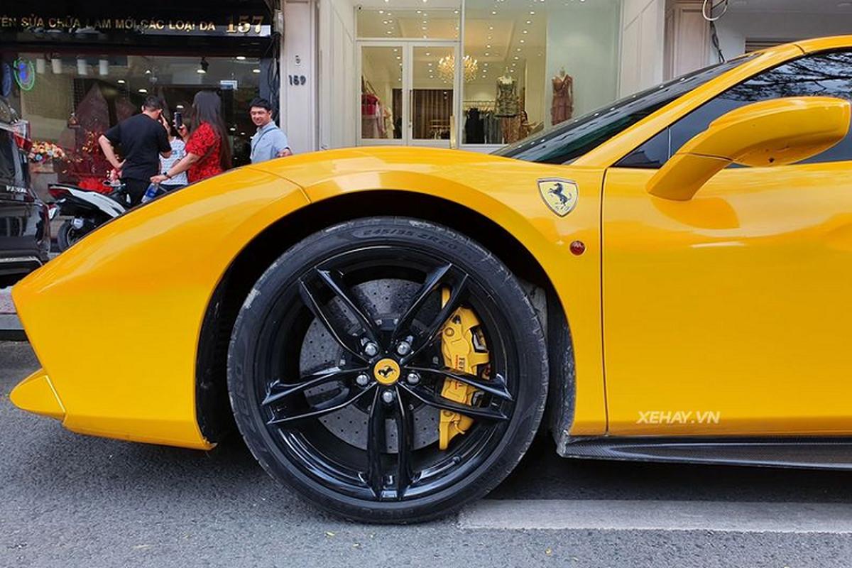 Cham mat sieu xe Ferrari 488 Spider vang ruc mot goc Sai Gon-Hinh-4