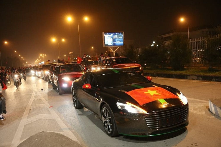 Aston Martin Rapide S hon 13 ty o Nghe An deo bien