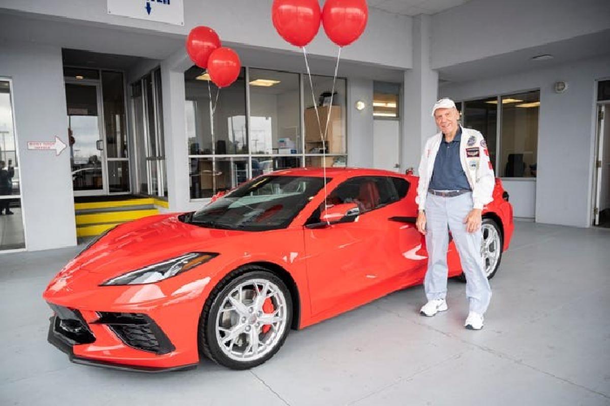 Cu ong 90 tuoi mua Chevrolet Corvette C8 2021 tang sinh nhat minh