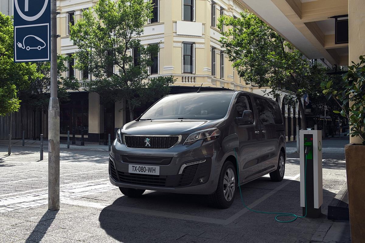 Ra mat Peugeot Traveller 2021 chay dien, ban ra tu 67.609 USD