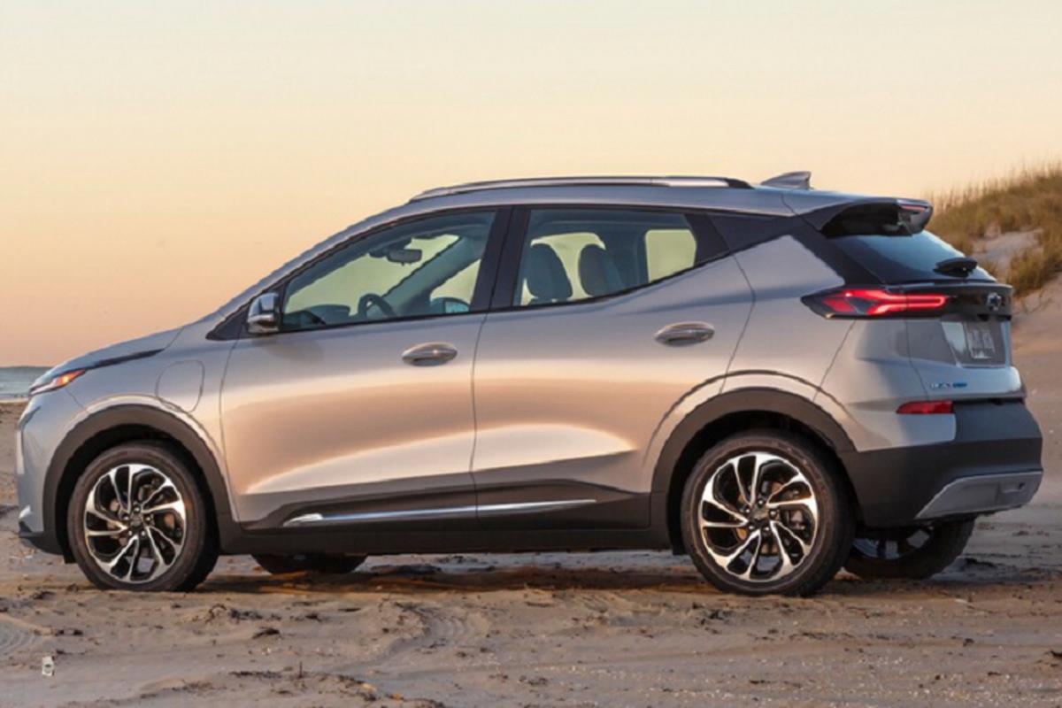 Chevrolet Bolt 2022 tu 31.995 USD, Tesla Model de chung