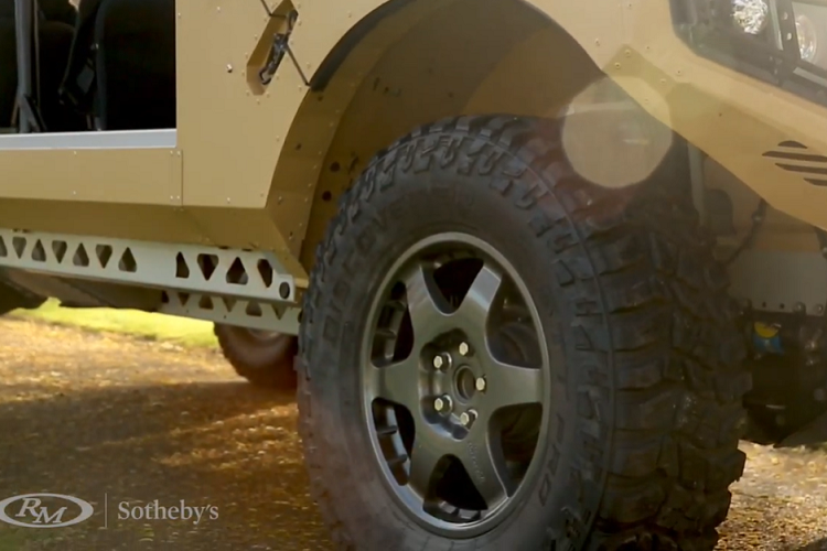 Xe quan su Bowler CSP RIV vam vo, dua tren khung gam Land Rover-Hinh-5