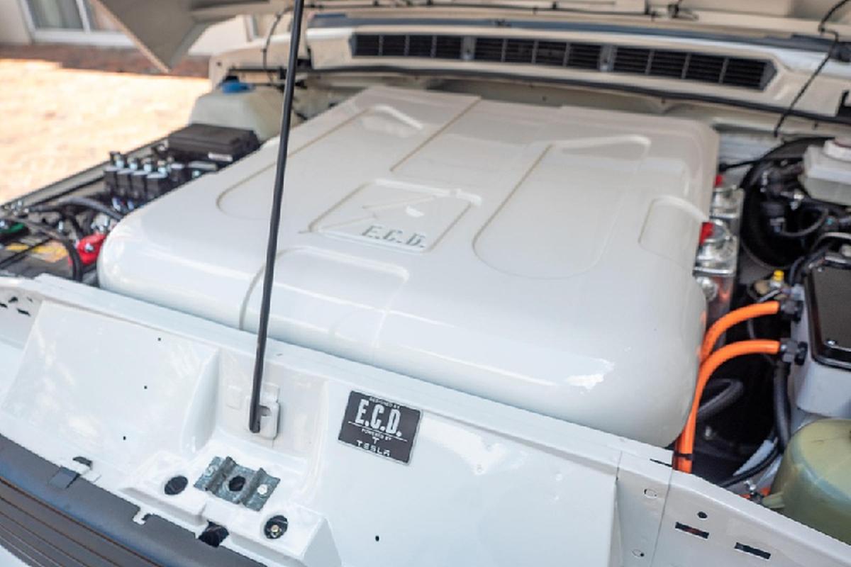 Mat 2.200 gio do mo to dien Tesla cho Range Rover co dien-Hinh-2