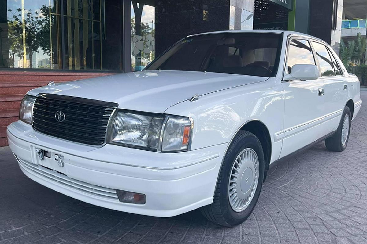 """Toyota Crown """"Bo truong"""" chay 20 nam, ban 900 trieu tai Viet Nam"""