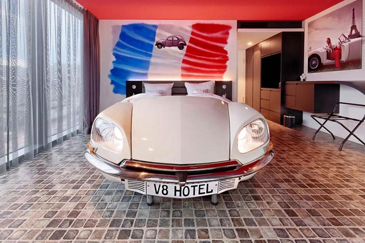 V8 Hotel - khach san voi giuong ngu oto, xe may doc nhat the gioi-Hinh-5