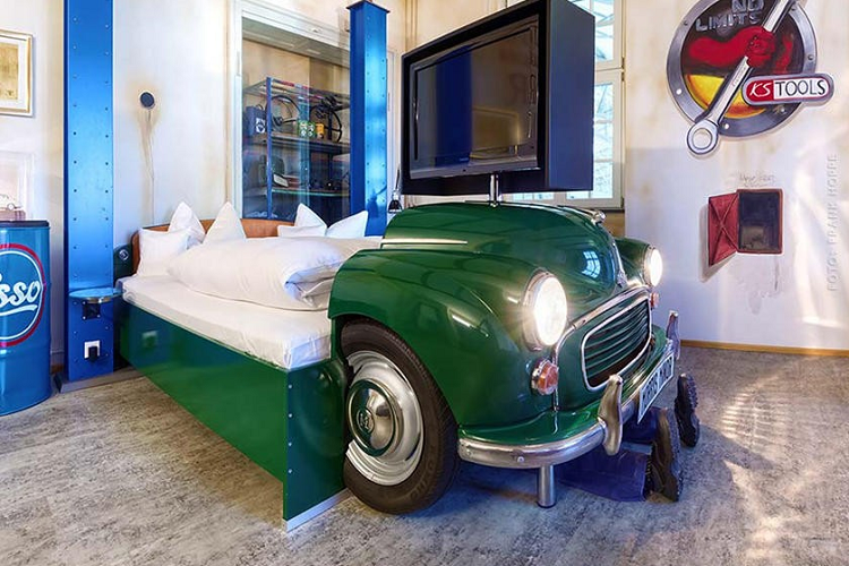 V8 Hotel - khach san voi giuong ngu oto, xe may doc nhat the gioi-Hinh-9