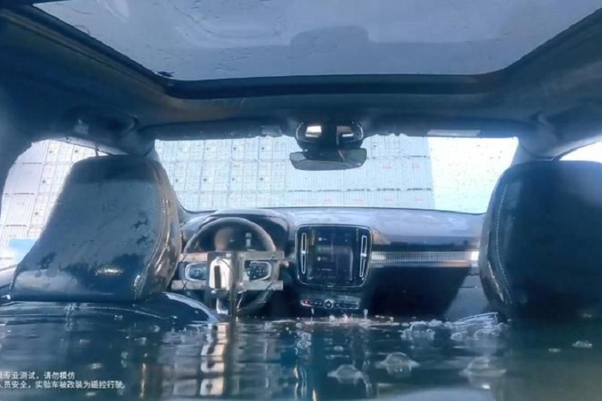 Volvo XC40 dien hon 1,5 ty dong ngam nuoc sau 1,7m van chay tot-Hinh-3