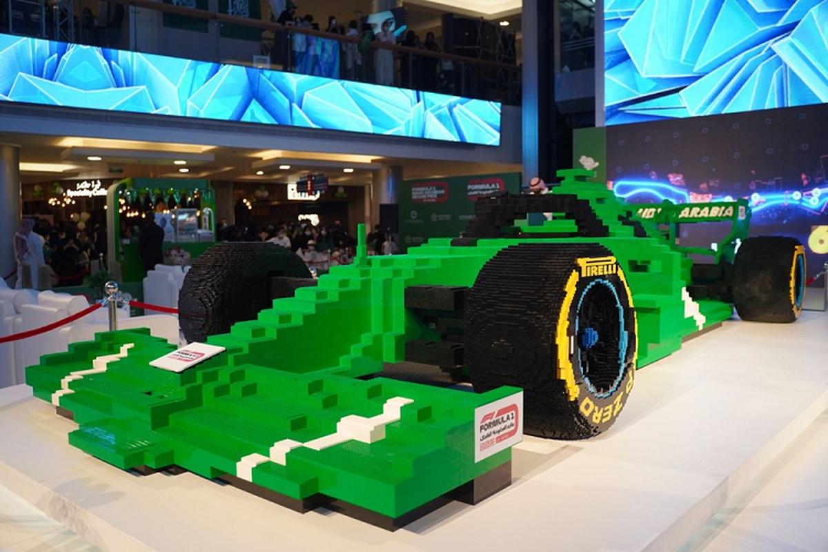 Ngam mo hinh sieu xe dua F1 bang Lego lon nhat the gioi