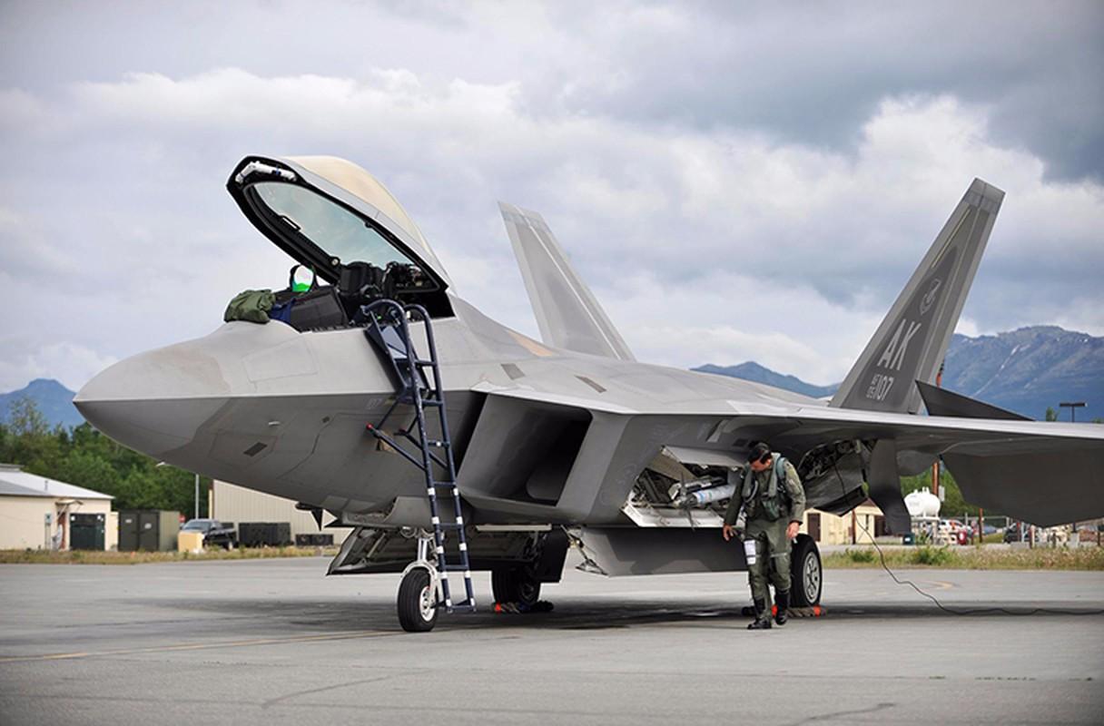Kinh ngac ke thu tan cong sieu co F-22 ngay tai can cu