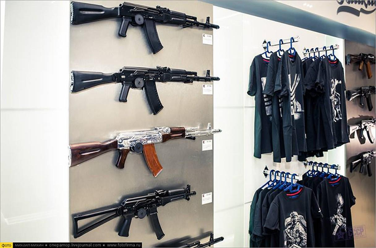 Ghe gian hang ban sung AK cho khach du lich o Nga-Hinh-3