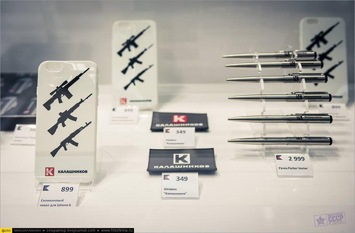 Ghe gian hang ban sung AK cho khach du lich o Nga-Hinh-5
