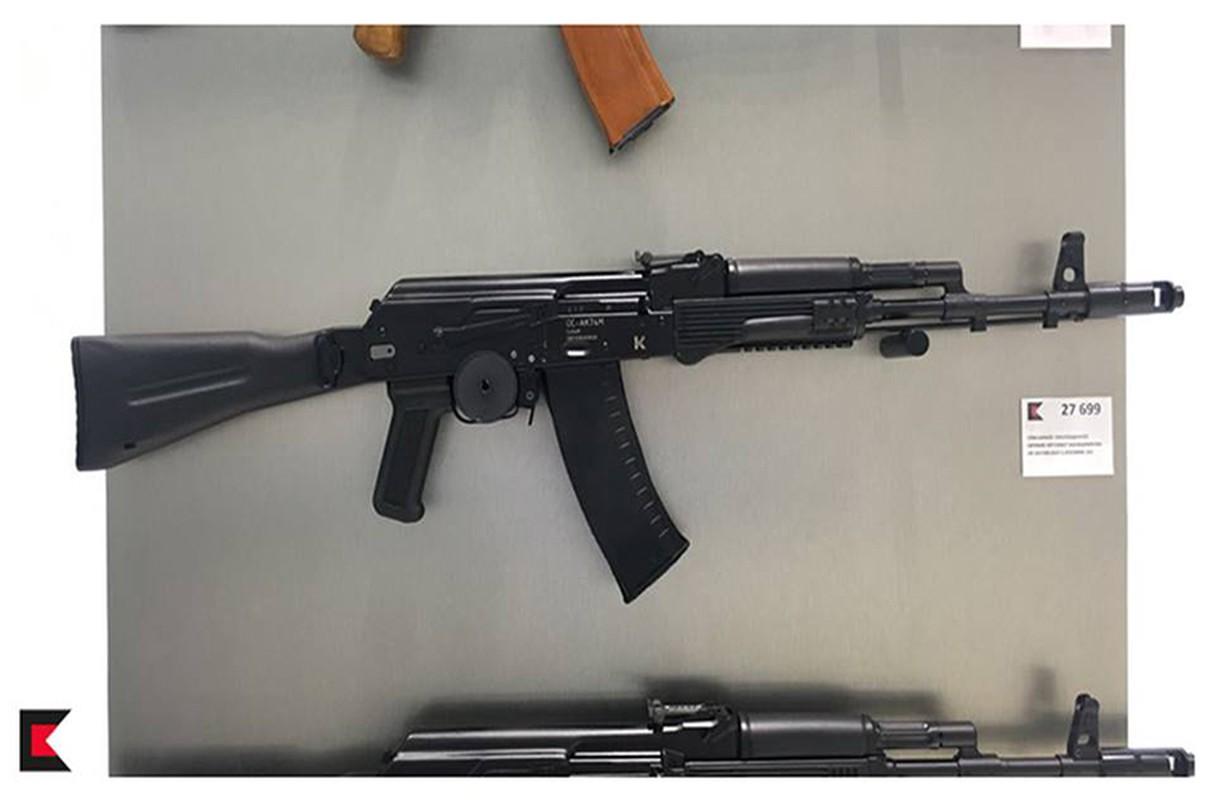 Ghe gian hang ban sung AK cho khach du lich o Nga-Hinh-7