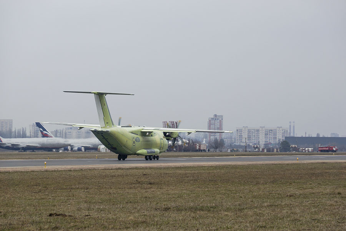 Can canh chuyen bay dau tien cua may bay Il-112V Nga-Hinh-9