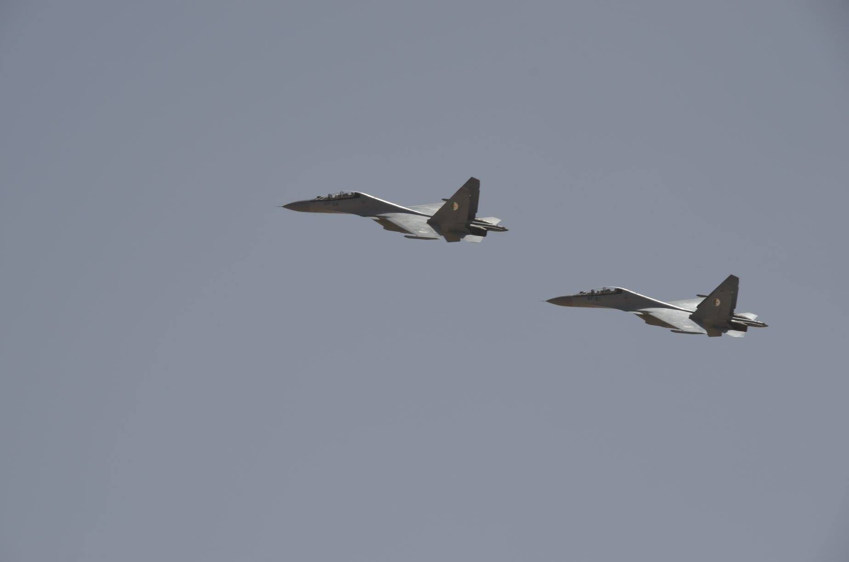 """La: UAV Trung Quoc """"ke vai chien dau"""" voi Su-30-Hinh-8"""