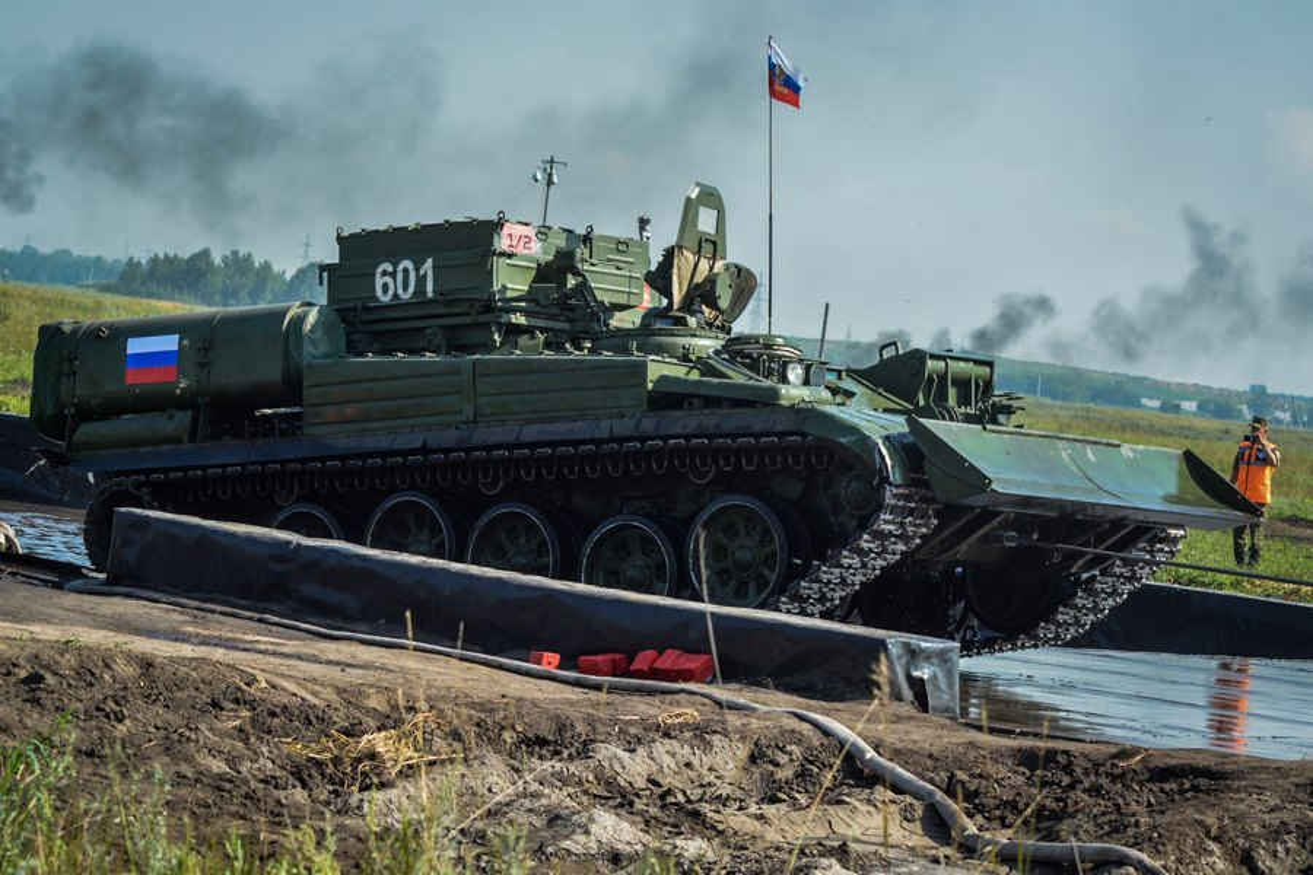 Lan xuat hien chop nhoang cua BREM-1 ben canh xe tang T-90 Viet Nam-Hinh-12