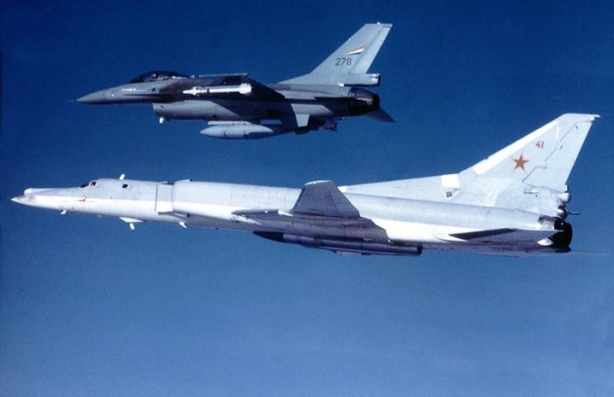 F-16 Tho Nhi Ky danh chan Tu-22M3 Nga tren bien Den: Crimea day song