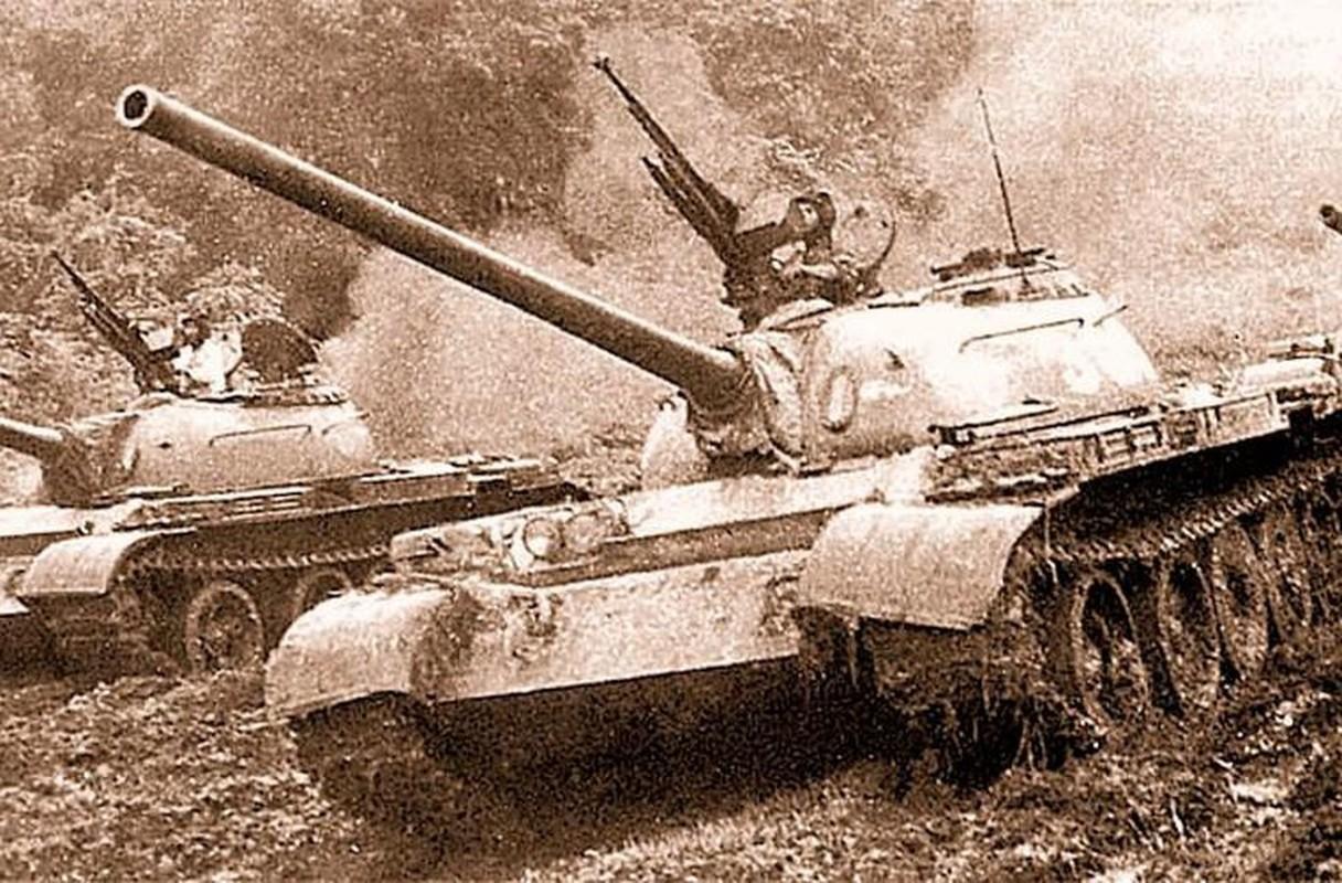 Sung may phong khong 12.7mm tren xe tang chu luc va buoc di lich su