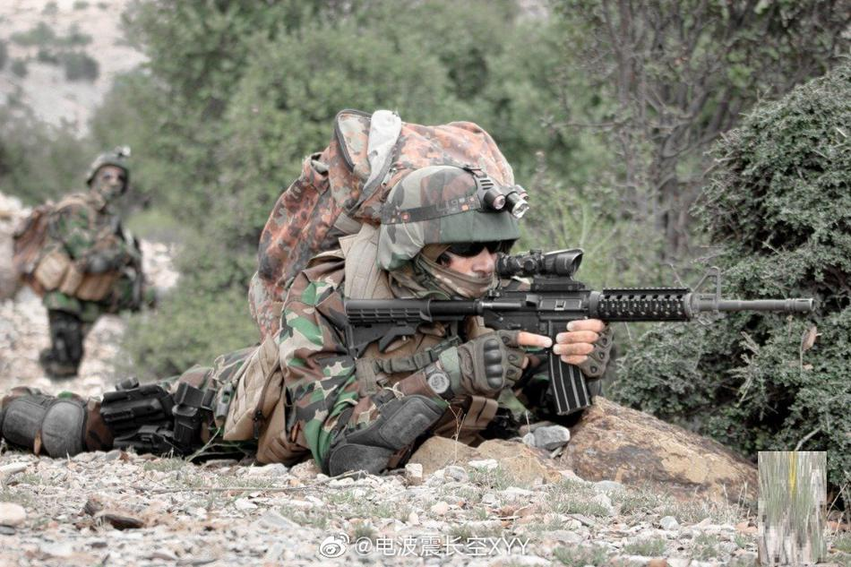 Choang ngop trang bi hien dai nhu quan doi nuoc lon cua phien quan Taliban-Hinh-5
