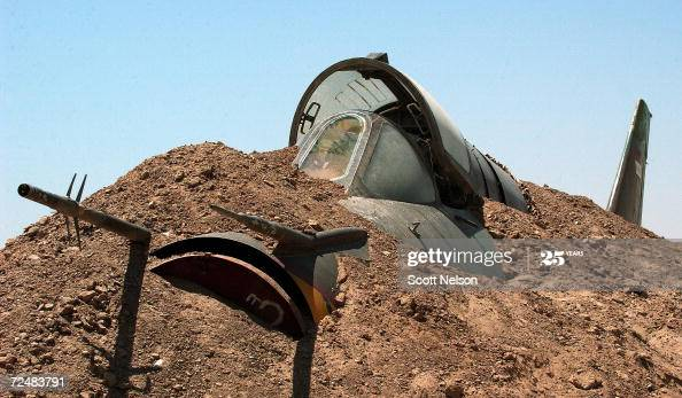 Giai ma vu Iraq chon giau 800 may bay chien dau trong sa mac-Hinh-12