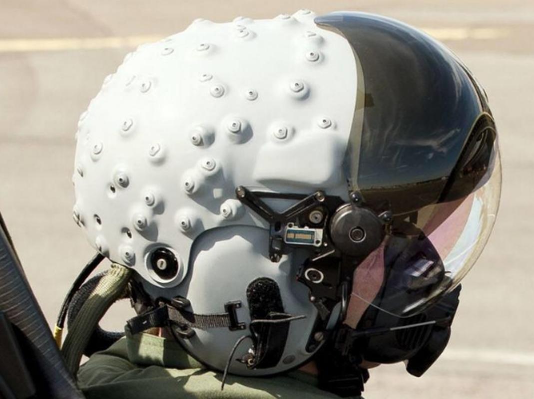 Mu bay cua F-35 gia 400.000 USD chua day cong nghe vien tuong-Hinh-2