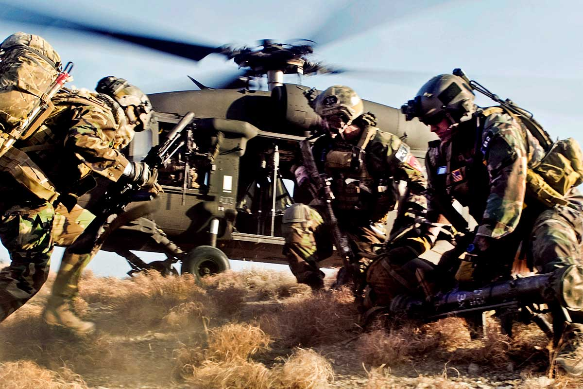 Dieu gi bien UH-60 Black Hawk tro thanh loai truc thang huyen thoai?-Hinh-2