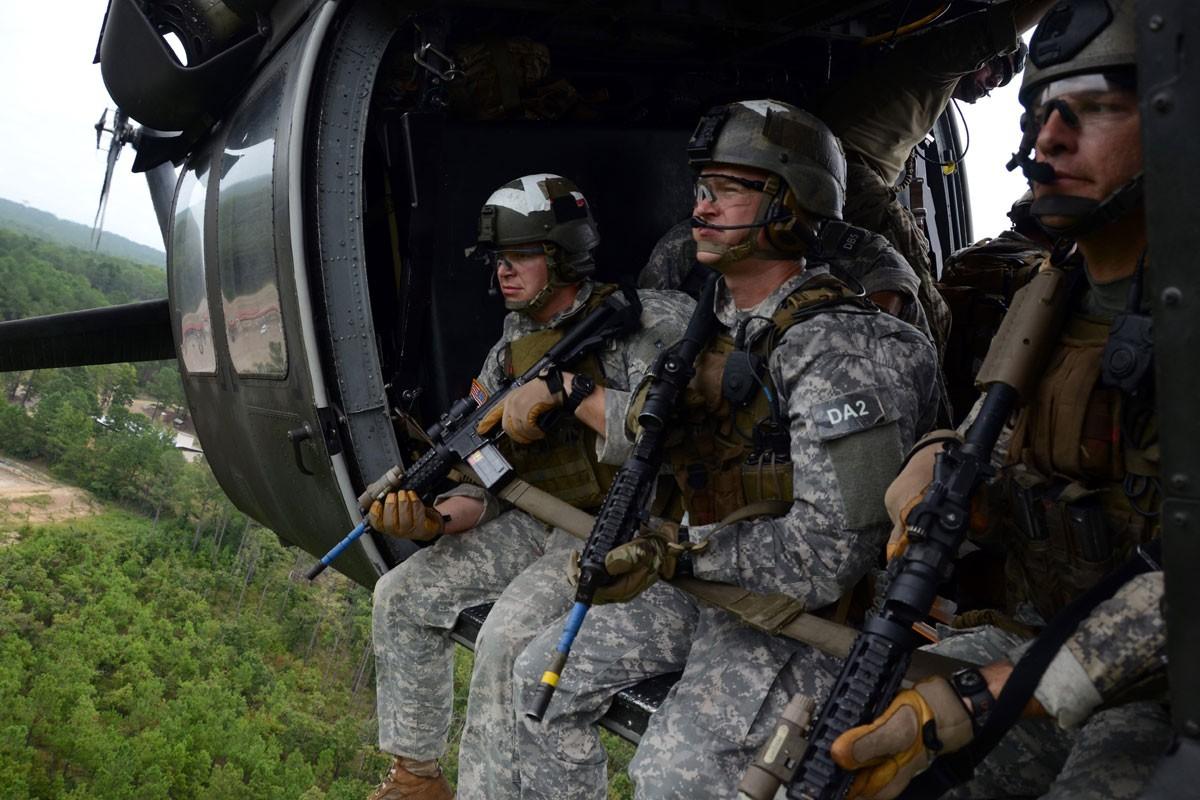 Dieu gi bien UH-60 Black Hawk tro thanh loai truc thang huyen thoai?-Hinh-4