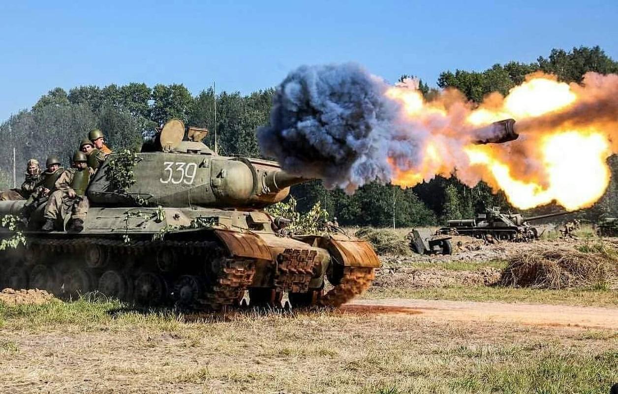 Xe tang T-34 tu Lao chuan bi cho duyet binh o Nga-Hinh-10