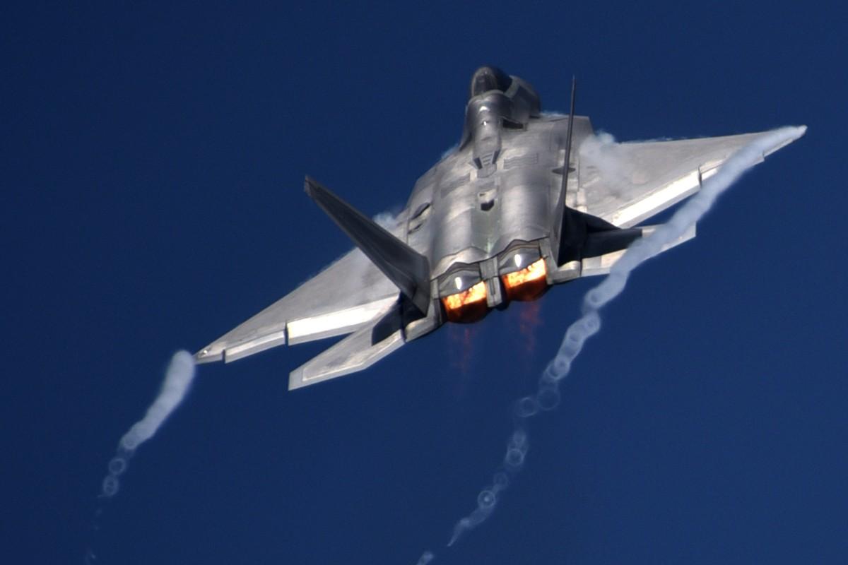 Cach Nga dung may bay doi cu hanh ha F-22 Raptor dat do My-Hinh-4