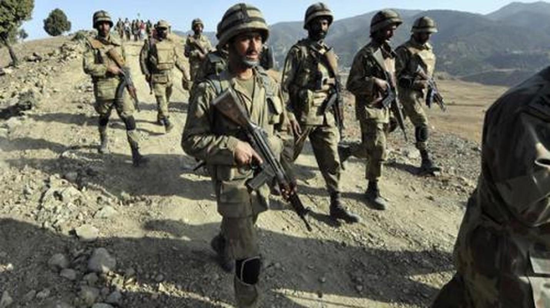 Choang: Cong nhan Trung Quoc o Pakistan mang sung AK-47 di lam!-Hinh-12