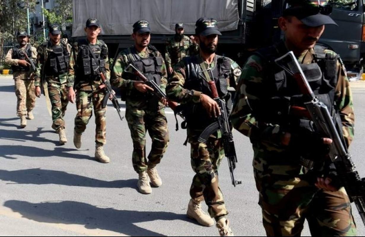 Choang: Cong nhan Trung Quoc o Pakistan mang sung AK-47 di lam!-Hinh-16