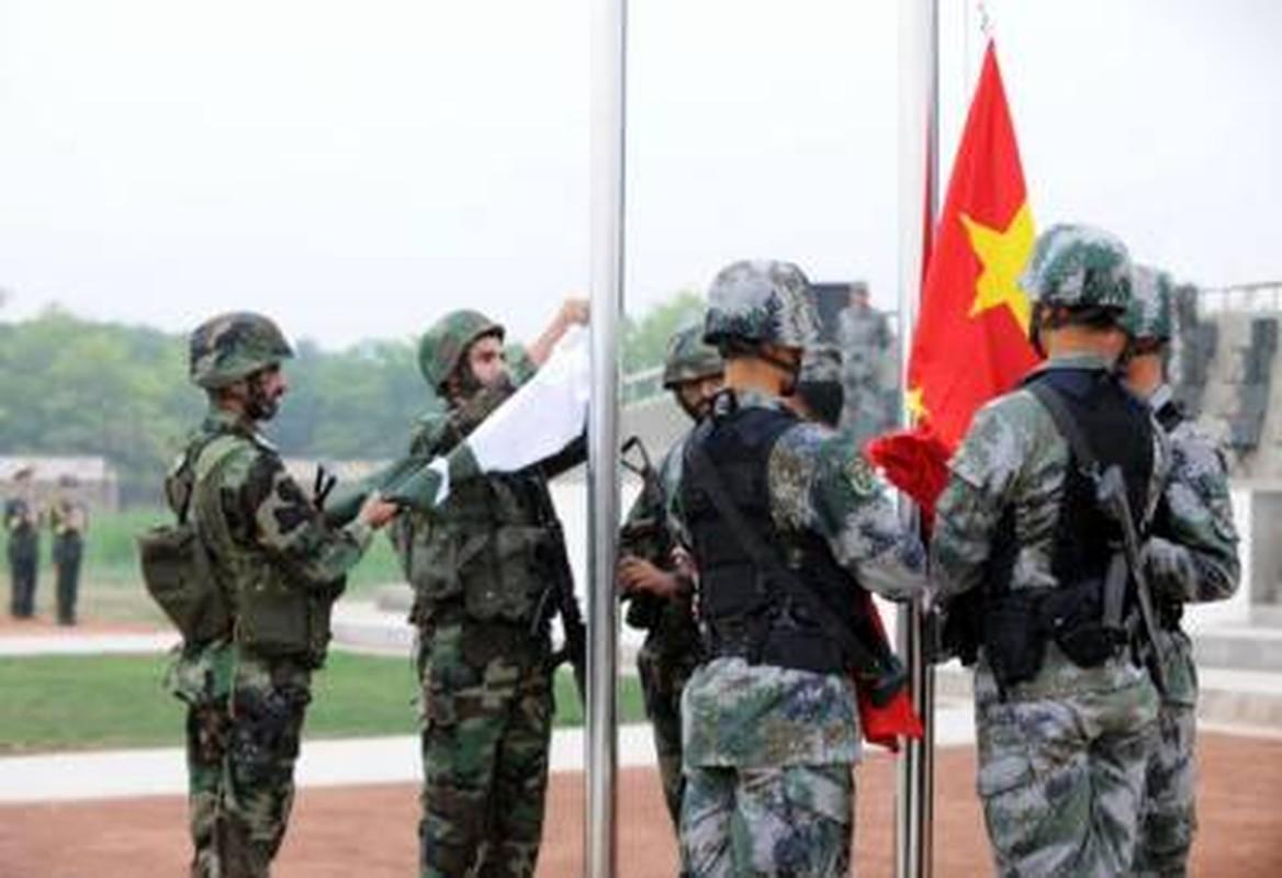 Choang: Cong nhan Trung Quoc o Pakistan mang sung AK-47 di lam!-Hinh-21