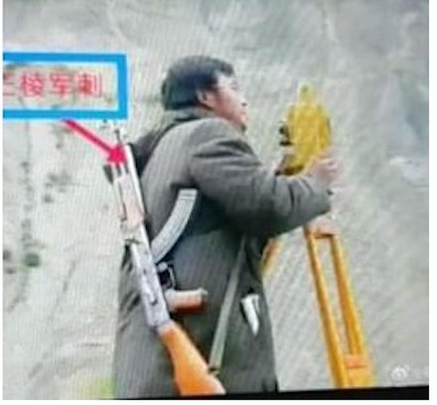 Choang: Cong nhan Trung Quoc o Pakistan mang sung AK-47 di lam!-Hinh-4
