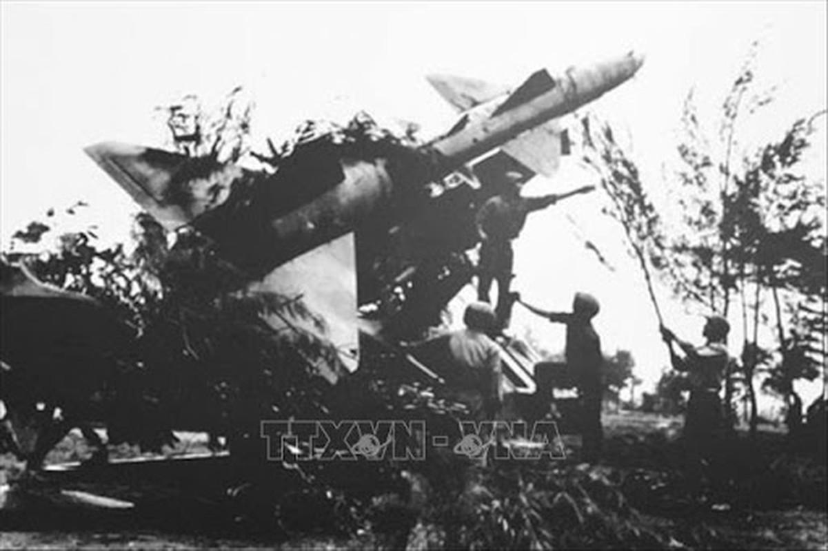 Phao dai bay B-52 dau tien bi Viet Nam ban roi dau tien khi nao?-Hinh-10