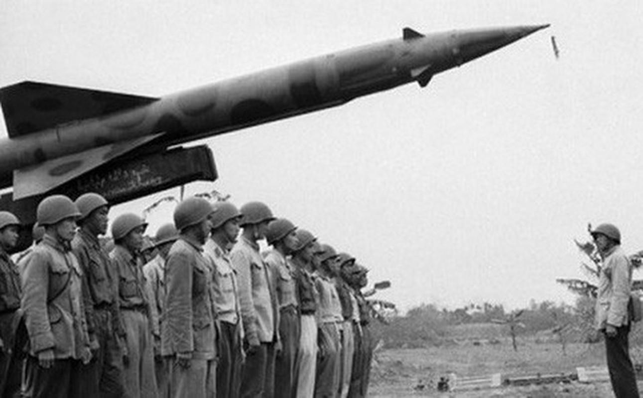 Phao dai bay B-52 dau tien bi Viet Nam ban roi dau tien khi nao?-Hinh-8