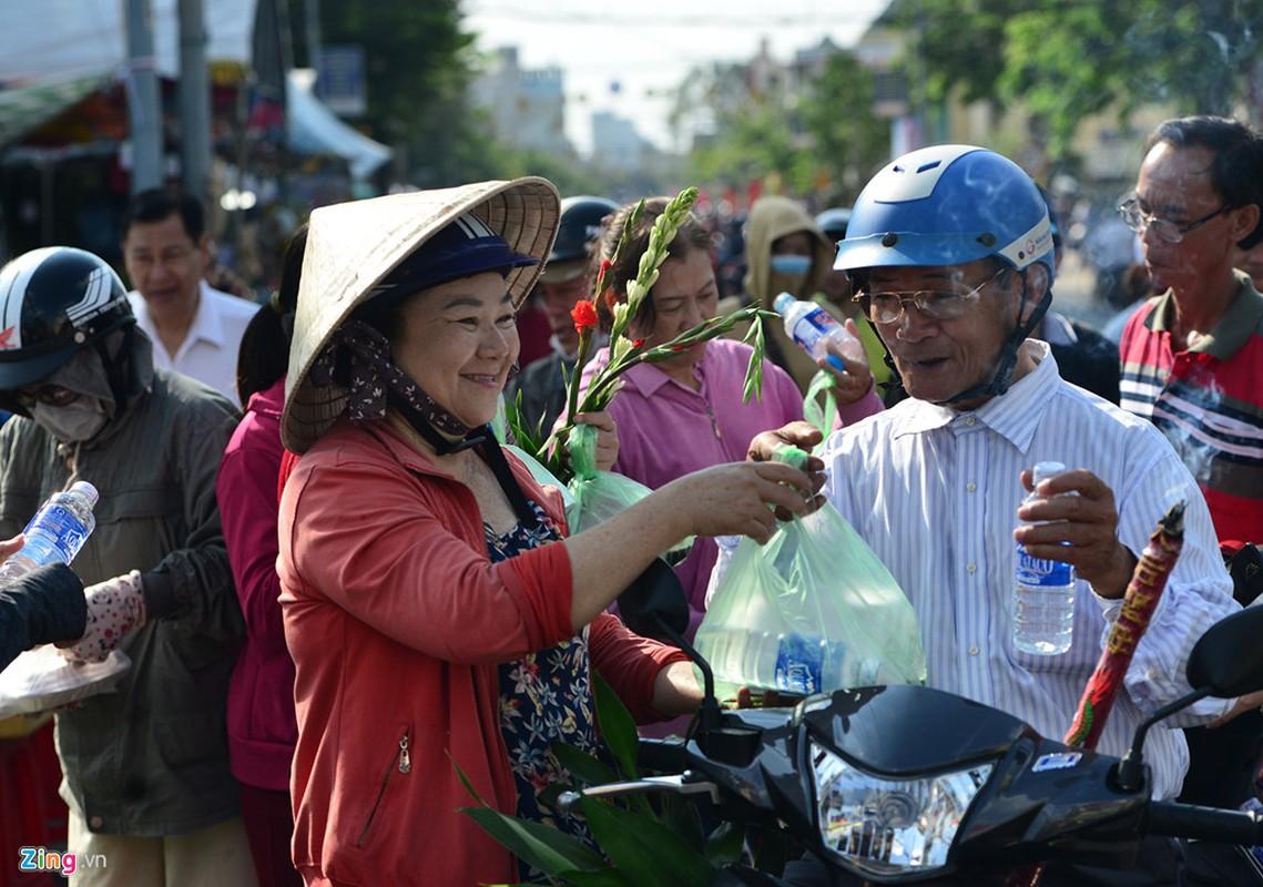 Hang nghin nguoi phat do mien phi cho khach di chua Ba Binh Duong-Hinh-10
