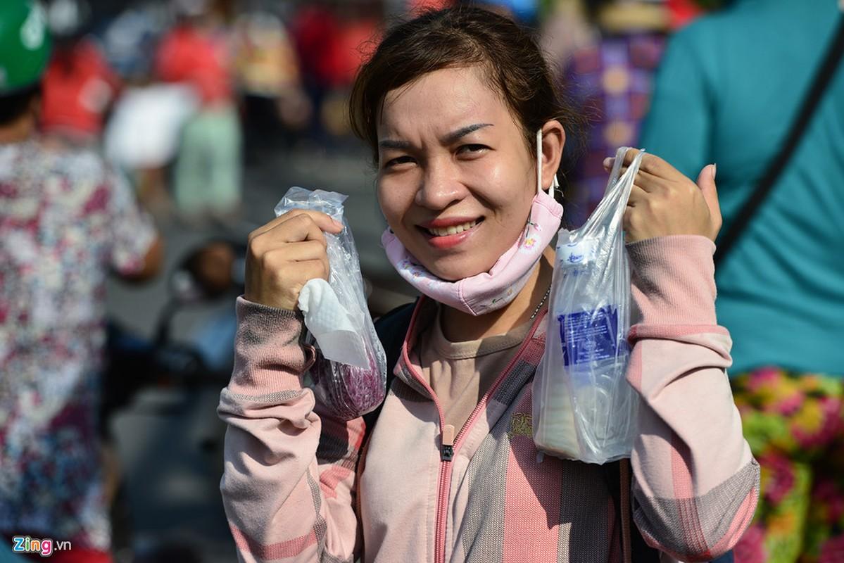 Hang nghin nguoi phat do mien phi cho khach di chua Ba Binh Duong-Hinh-13